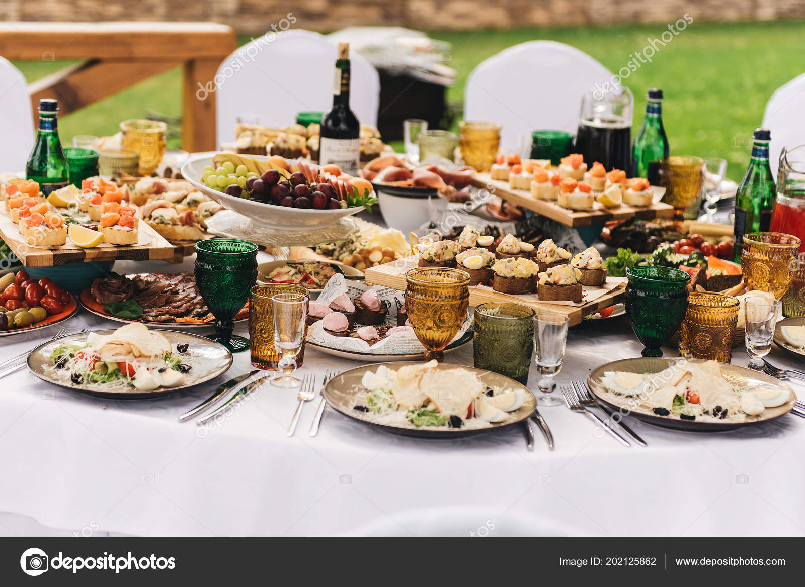 white kitchen buffet and bath store 节日丰富的圆桌配有白色桌布和椅子配有各种美味的菜肴原创小吃和饮料 节日丰富的圆桌 配有白色桌布和椅子 配有各种美味的菜肴 原创小吃和饮料 自助餐在自然 照片作者ksyusha yanovich mail ru