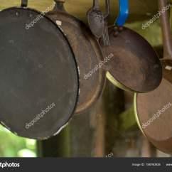 Copper Kitchen Accents Trough Sink 铜和铁壶和平底锅作为厨房装饰元素和茶水间 图库照片 C Jaboticabafotos 图库