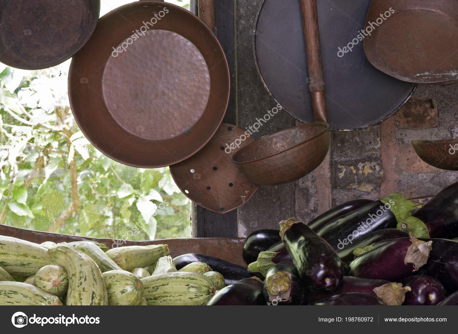 copper kitchen accents grey shaker cabinets 铜和铁壶和平底锅作为厨房装饰元素和茶水间 图库照片 c jaboticabafotos 图库