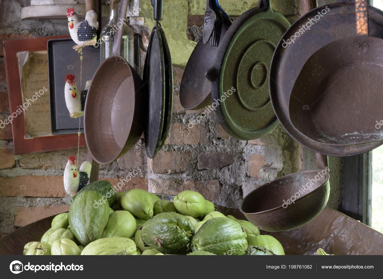 copper kitchen accents 60 inch table 铜和铁壶和平底锅作为厨房装饰元素和茶水间 图库照片 c jaboticabafotos 图库