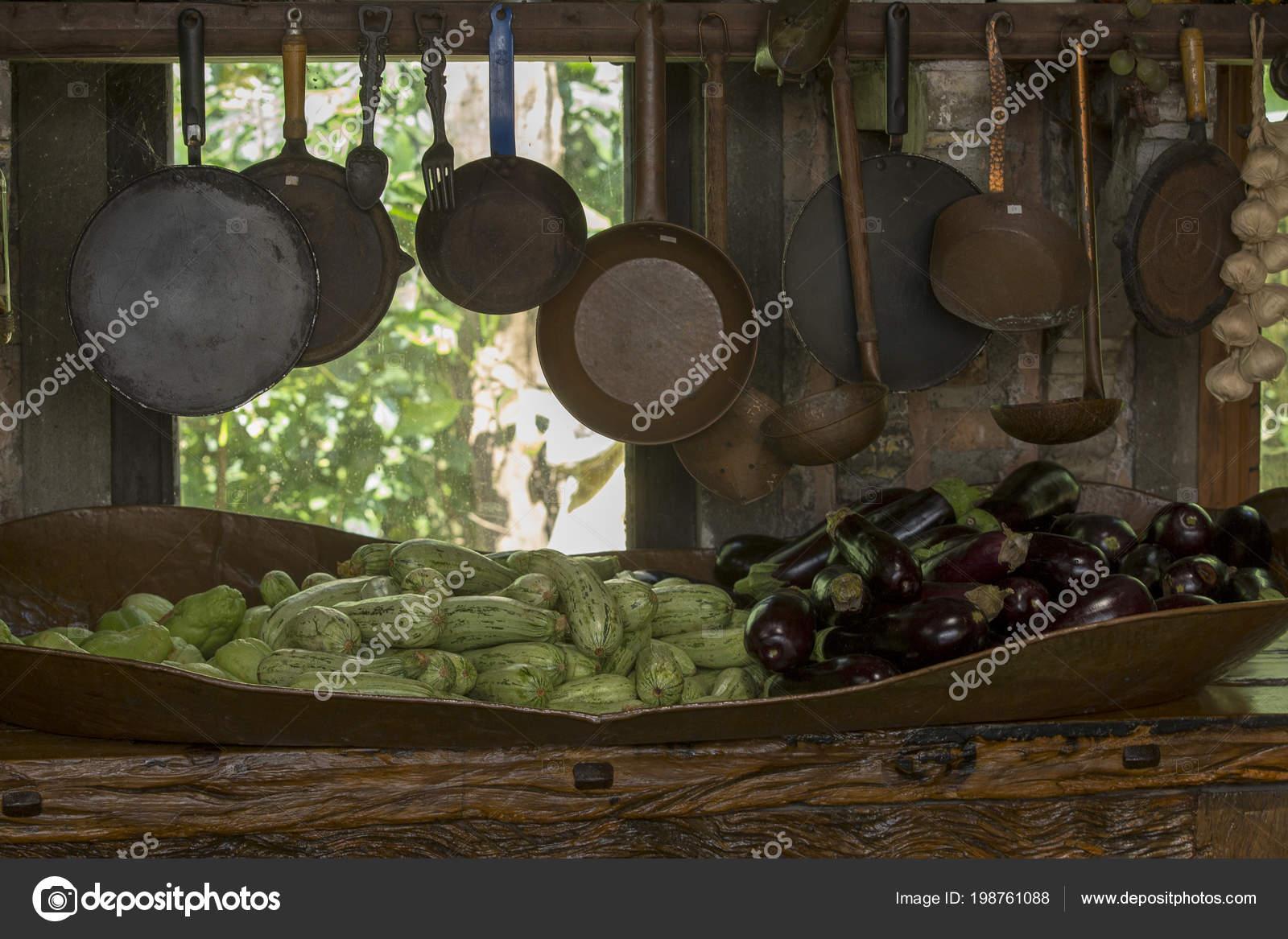 copper kitchen accents orange chairs 铜和铁壶和平底锅作为厨房装饰元素和茶水间 图库照片 c jaboticabafotos 图库