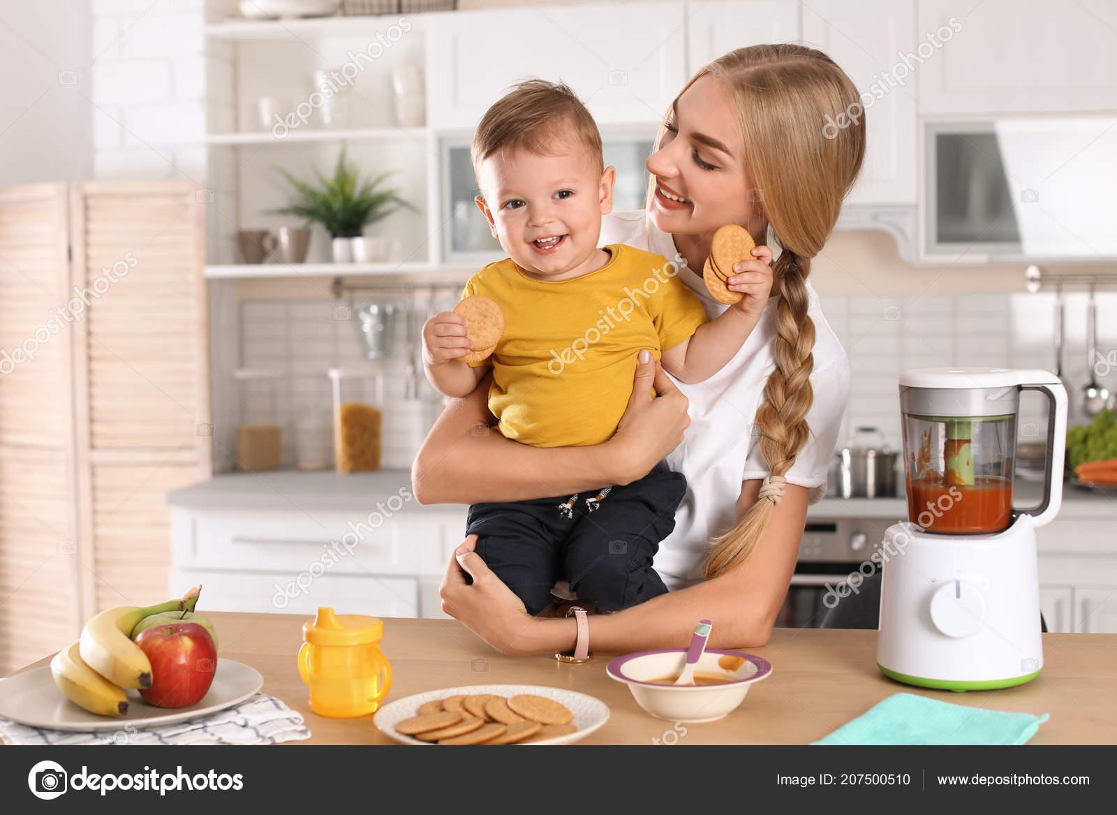 ellas kitchen baby food drain pipe 在厨房喂孩子的女人健康婴儿食品 图库照片 c liudmilachernetska gmail