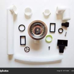 Kitchen Sink Drain Birch Cabinets 厨房水槽排水管用不同的硬件元件和管子 图库照片 C Artursfoto1 197173288