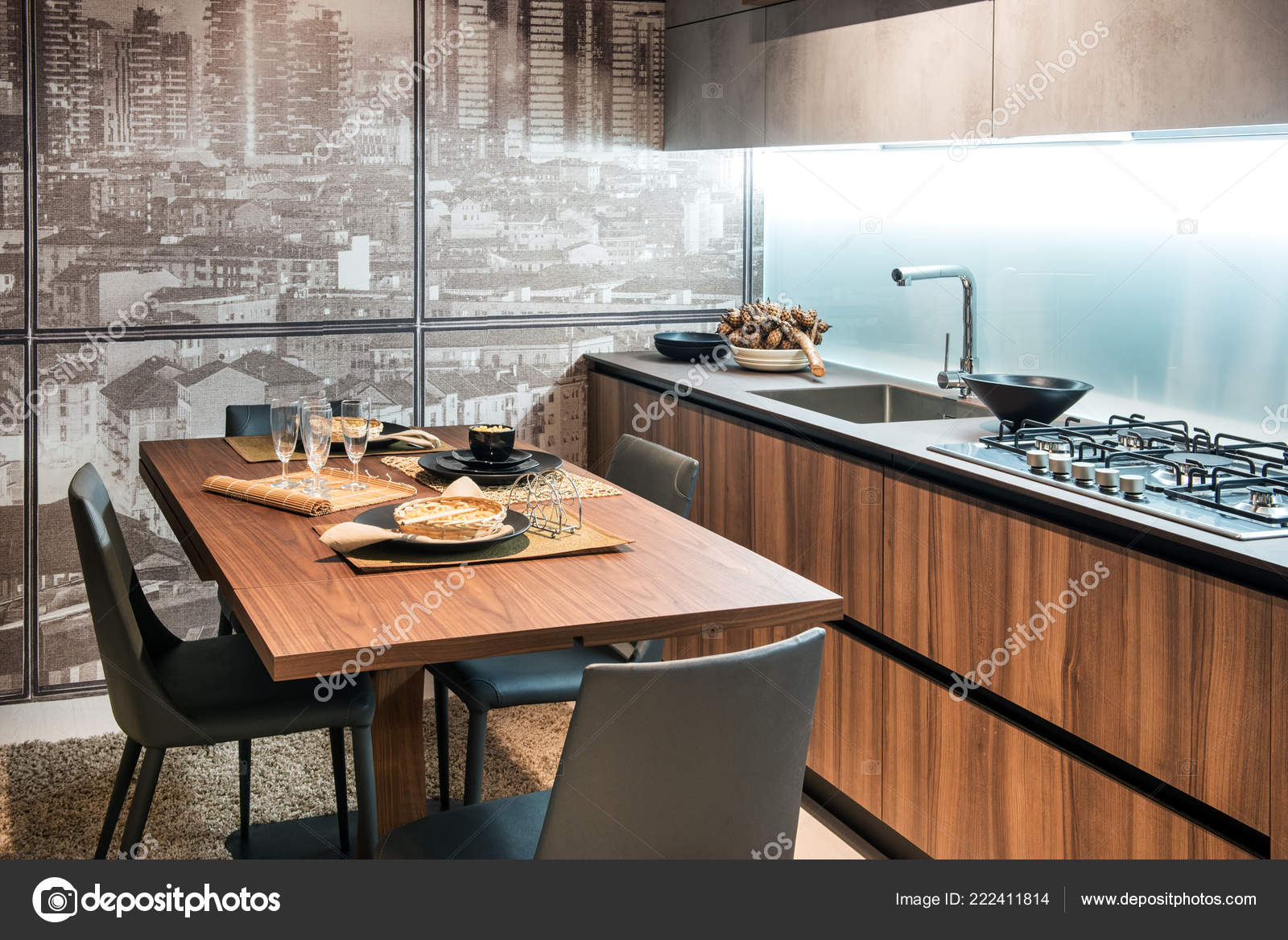 rustic kitchen sinks engineered wood flooring 现代化的厨房配有木质橱柜餐具和可俯瞰城市的玻璃墙 图库照片 现代化的厨房配有木质橱柜 水槽 餐桌 餐具和可俯瞰城市的玻璃墙 照片作者photology1971