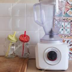Kitchen Aid Pasta Craftsman Style Cabinets 搅拌机和两杯冰沙 图库照片 C Dimanikin 209742686 厨房的装饰 照片作者dimanikin