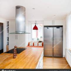Kitchen Islan Aid Mixer Accessories 现代西方厨房内部的一个豪华厨房与厨房岛 图库照片