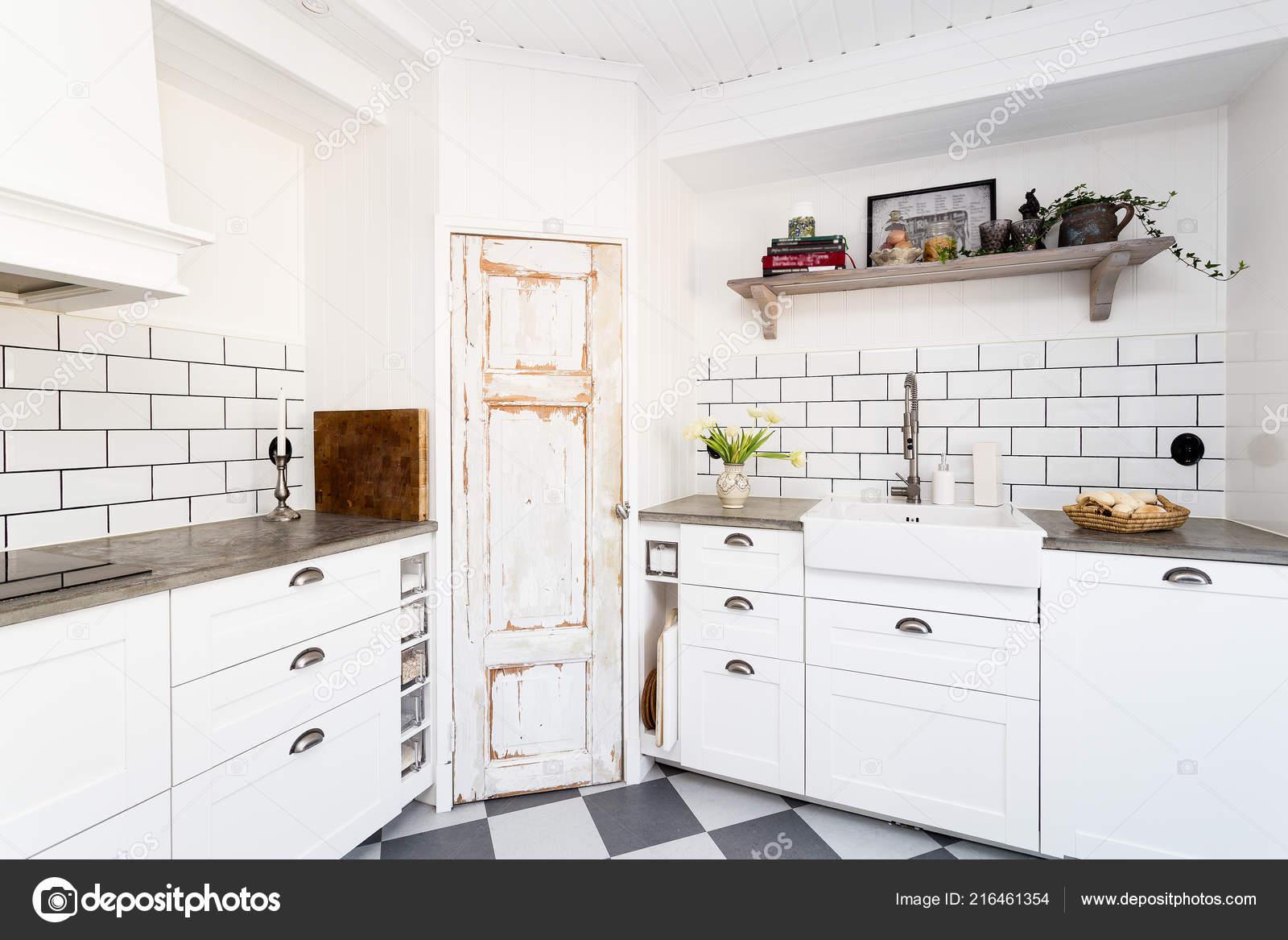 www.kitchen cabinets kitchen countertop cleaner 时尚厨房内饰白色瓷砖和橱柜复古水槽和格子地板 图库照片