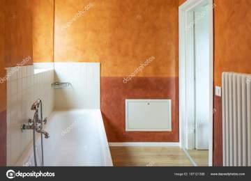 Pareti Colore Arancione : Bagno arancione specchio nel bagno di colore arancione foto