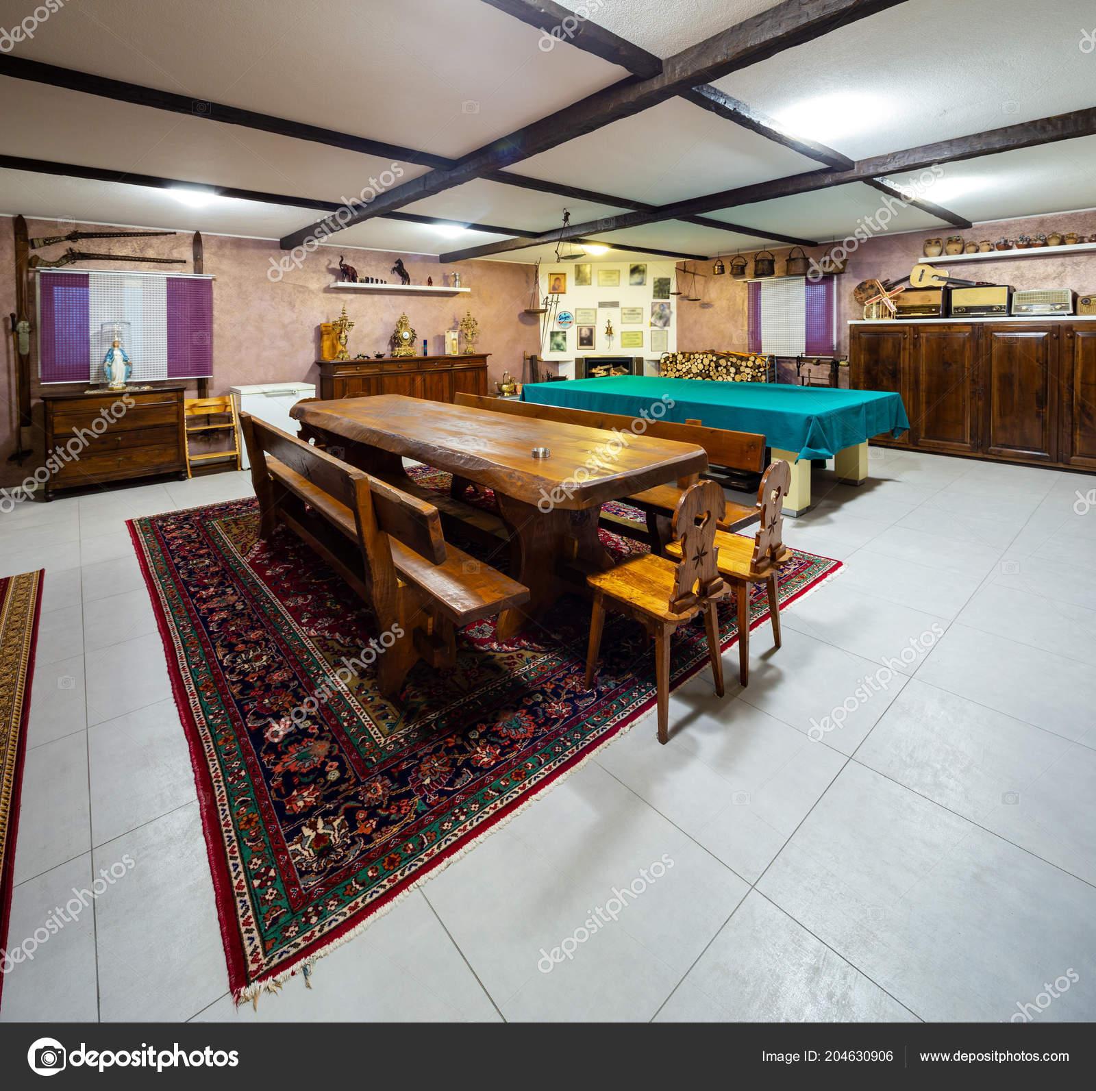 kitchen bistro table pantry organizers 小酒馆在一个大木桌的私人房子里面没人 图库照片 c zveiger 204630906