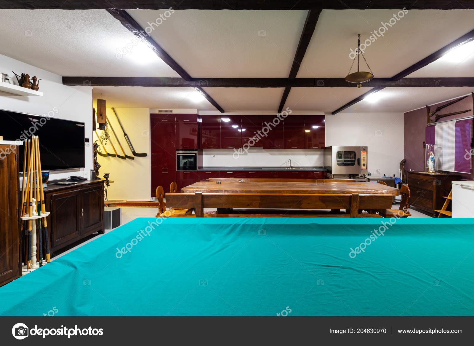kitchen bistro table led ceiling lights 小酒馆在一个大木桌的私人房子里面没人 图库照片 c zveiger 204630970