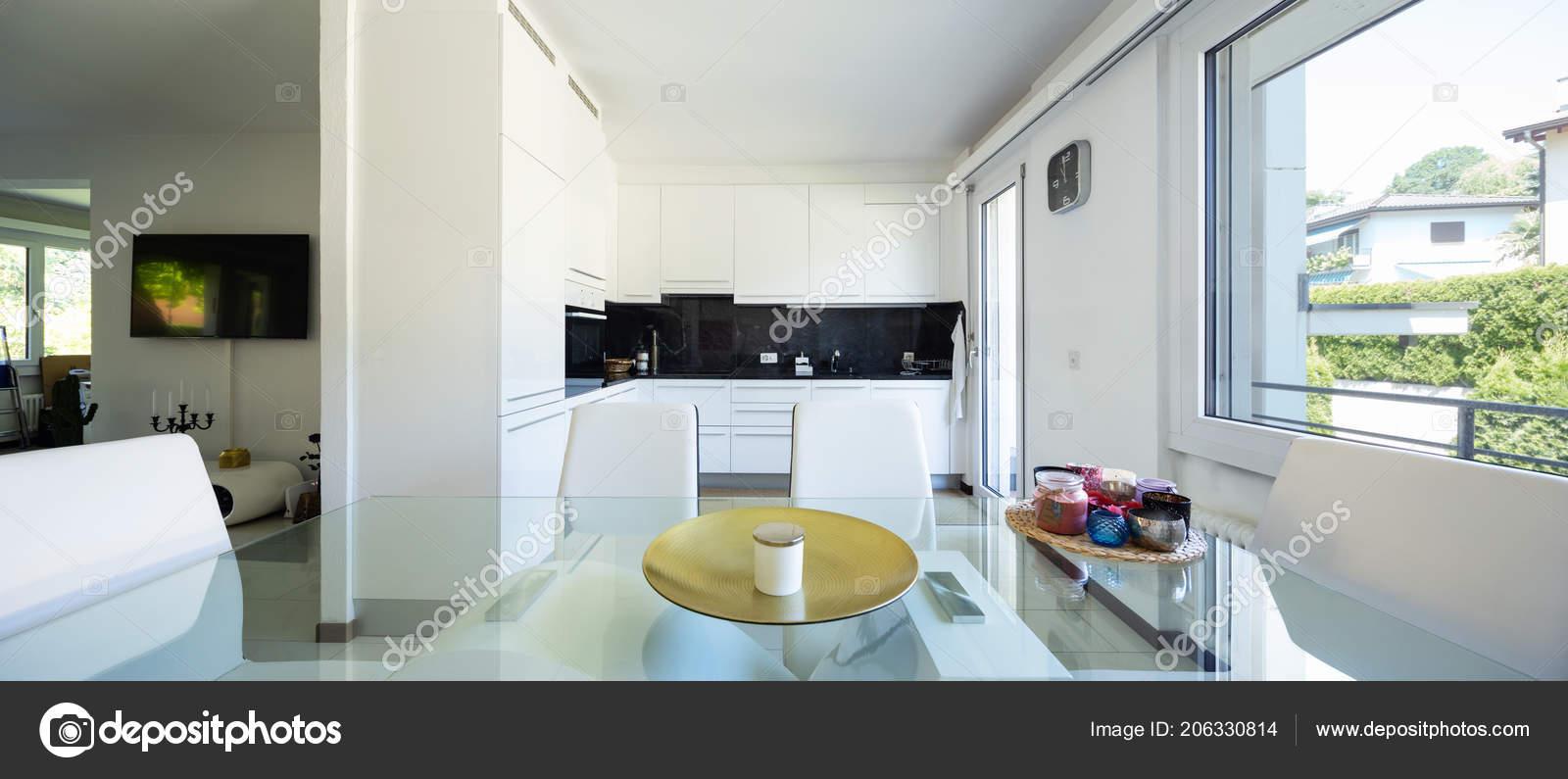 kitchen glass table amish cabinets chicago 白色厨房与黑色大理石和典雅的玻璃桌和皮革椅子里面没人 图库照片
