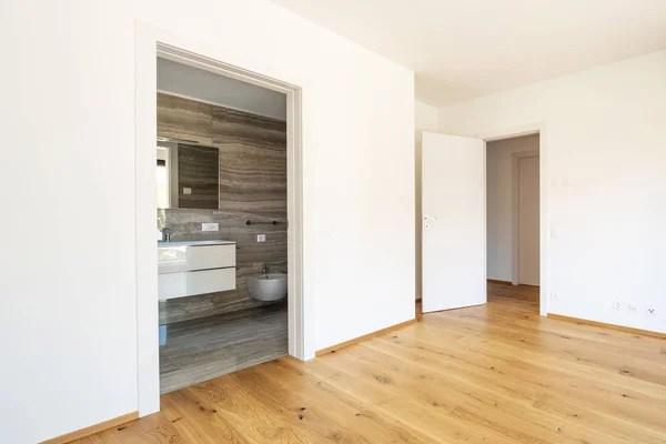 Hall de entrada em um apartamento moderno com roupeiro espelho  Fotografias de Stock  djedzura 129848402