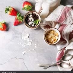 Gray Kitchen Towels Refinishing Cabinets 巧克力和香草焦糖杯蛋糕从微波炉与新鲜的草莓和厨房毛巾的灰色纹理背景 顶部视图 空间 方形图像 照片作者natashabreen