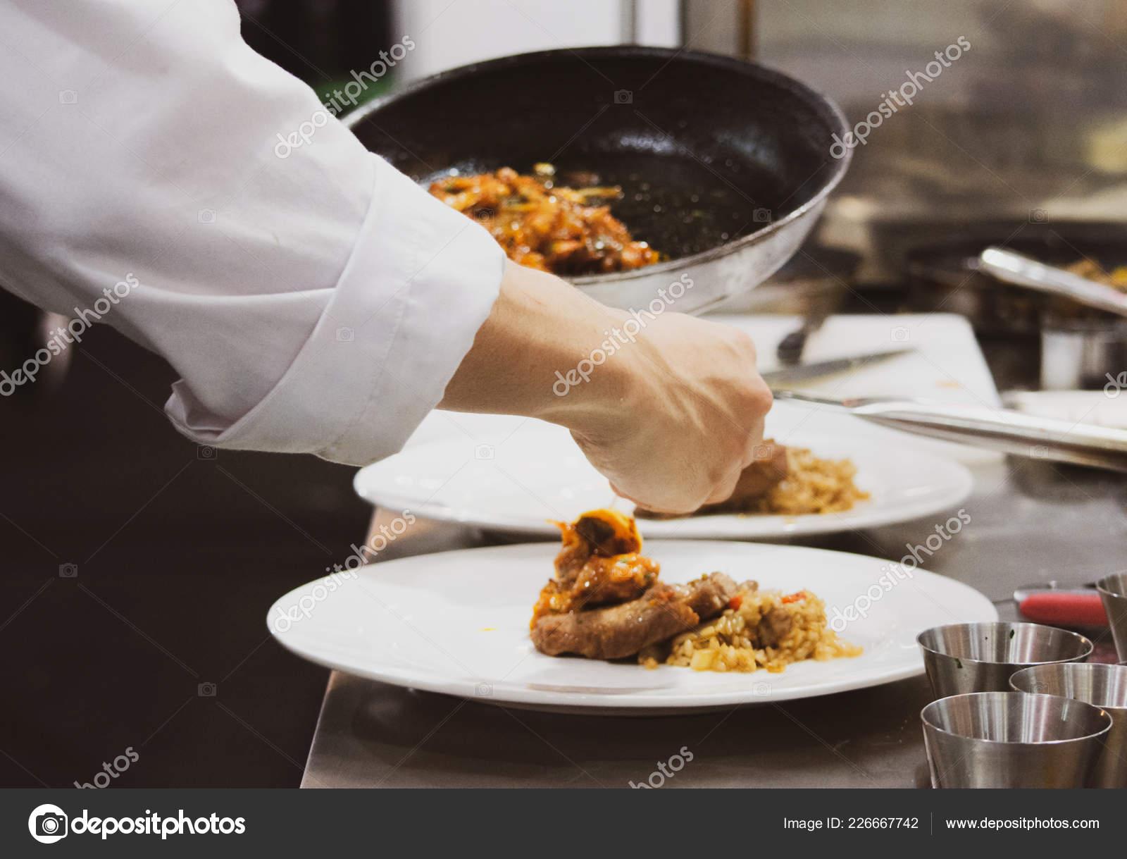 kitchen chef decor compost pots for 厨师准备食物在厨房厨师烹饪厨师装饰菜特写镜头 图库照片 c prarinya