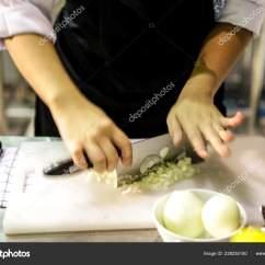 Kitchen Chef Decor Outdoor Cabinets Stainless Steel 厨师准备食物在厨房厨师烹饪厨师装饰菜特写镜头 图库照片 C Prarinya