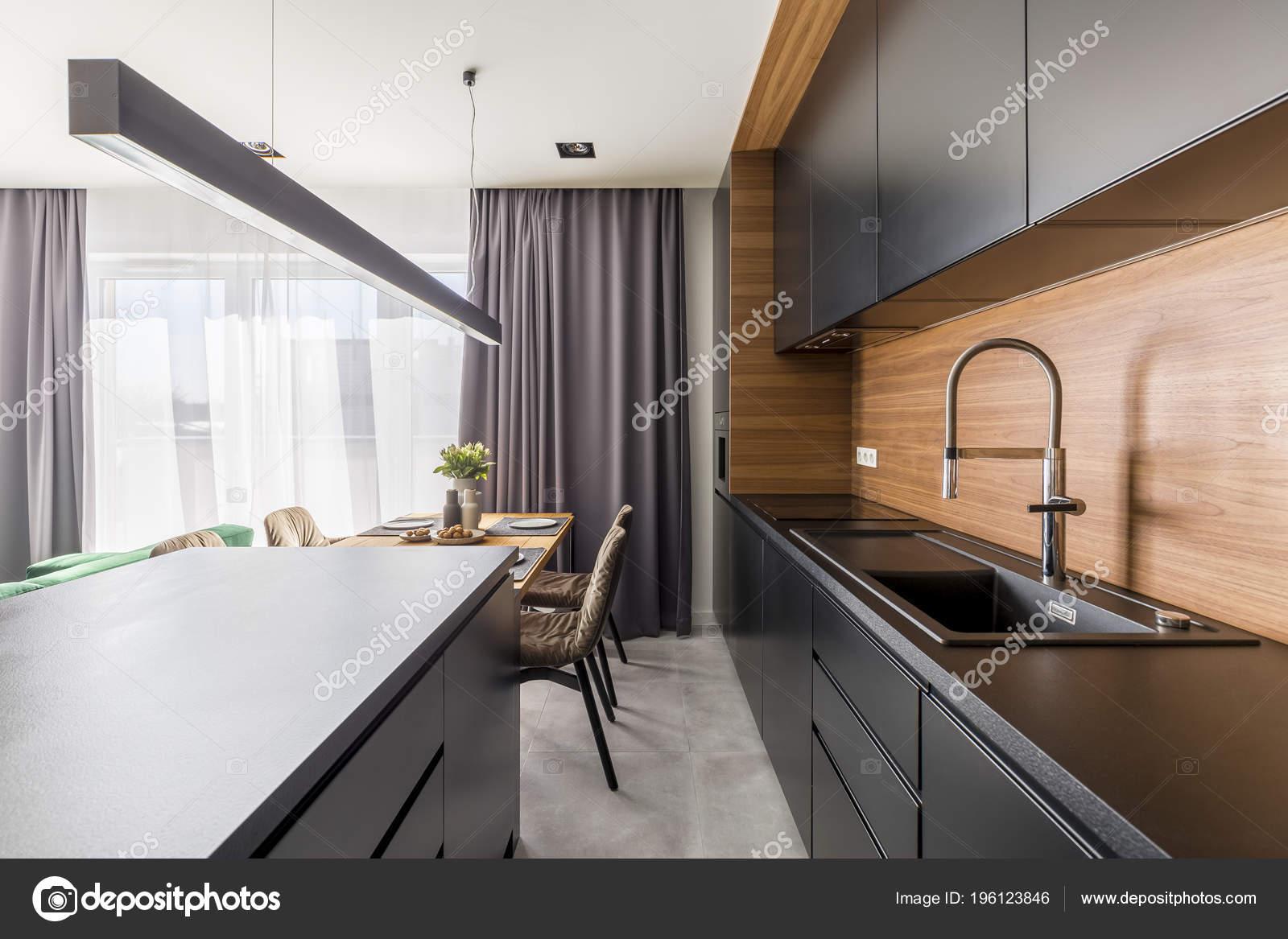 kitchen black cabinets white stools 厨房内饰用黑色橱柜钢水龙头和木桌在用餐区 图库照片 c photographee eu 图库