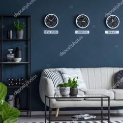 Navy Blue Kitchen Decor Pulls 绿色植物在一个优雅的海军蓝色客厅内部与米色沙发和格子地毯 图库照片 绿色植物在一个优雅的海军蓝色客厅内部与米色沙发和格子