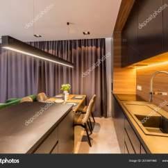 Black Kitchen Table And Chairs Remodeling A Small 深色窗帘挂在现代厨房内饰与黑色货架和台面木桌椅 图库照片 深色窗帘挂在现代厨房内饰与黑色货架和台面 木桌椅 照片作者photographee Eu