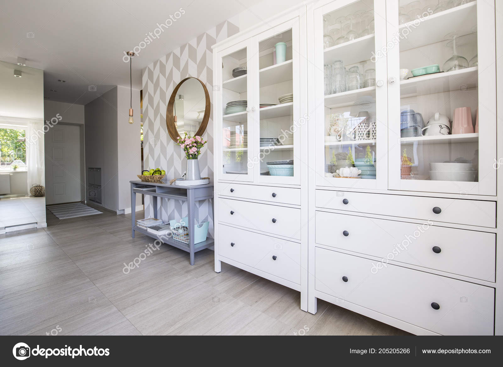 kitchen console cabinet with sink 白色厨房橱柜与柔和的菜和蓝色控制台桌站立在真正相片房子内部与图案的 白色厨房橱柜与柔和的菜和蓝色控制台桌站立在真正