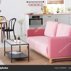 Kitchen Banquettes For Sale Overstock Island 在公寓内部的粉红色沙发旁边的植物厨房附近的餐桌椅真实照片 图库照片 在公寓内部的粉红色沙发旁边的植物厨房附近的餐桌椅