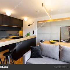 Kitchen Banquettes For Sale Ranges Gas 在开放式黑色厨房内的台面上的灯灰色沙发和餐桌真实照片 图库照片 在开放式黑色厨房内的台面上的灯灰色沙发和餐桌真实