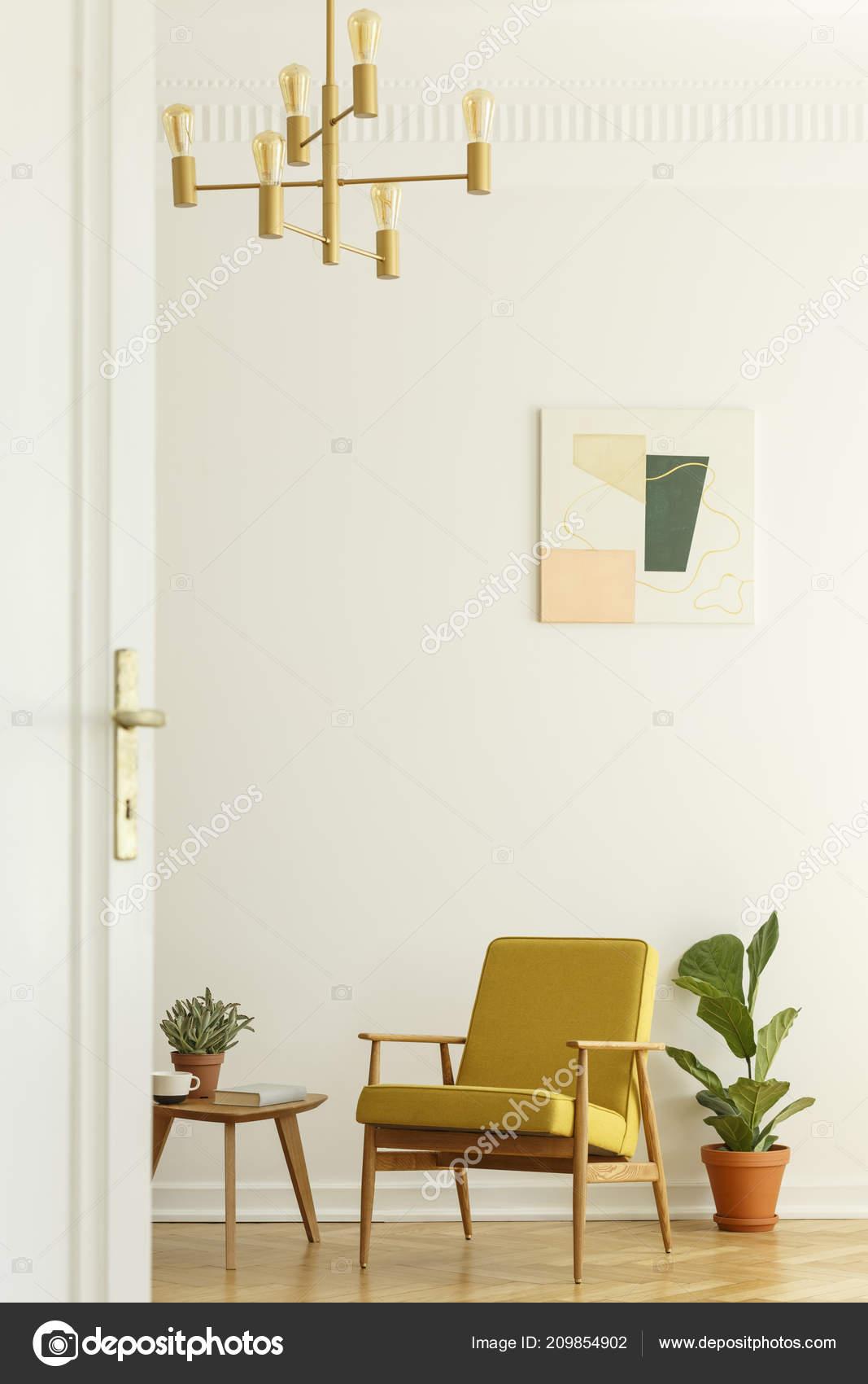 tall table and chairs for kitchen home depot cabinet refacing 舒适的黄色椅子与一个木框架在一个高大宽敞的客厅内部与海报在白色的墙上 舒适的黄色椅子与一个木框架在一个高大宽敞的客厅内部与