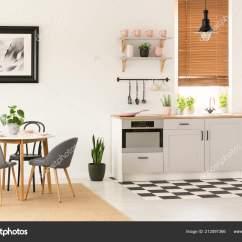 Grey Kitchen Blinds Affordable Kitchens And Baths 真实照片的露天厨房内饰与餐桌椅窗口与木百叶窗和粉红色配件在台面上 真实照片的露天厨房内饰与餐桌椅窗口与木百叶窗和