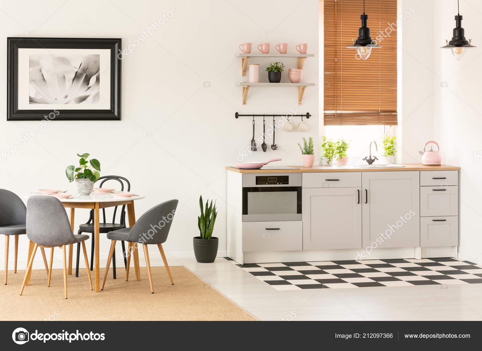 kitchen banquettes for sale ikea 真实照片的露天厨房内饰与餐桌椅窗口与木百叶窗和粉红色配件在台面上 真实照片的露天厨房内饰与餐桌椅窗口与木百叶窗和