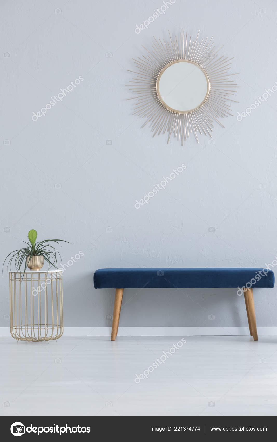 kitchen banquettes for sale carts lowes 现代镜子上面蓝色长椅和时尚表与植物在金壶真正的照片与复制空间 图库 现代镜子上面蓝色长椅和时尚表与植物在金壶真正