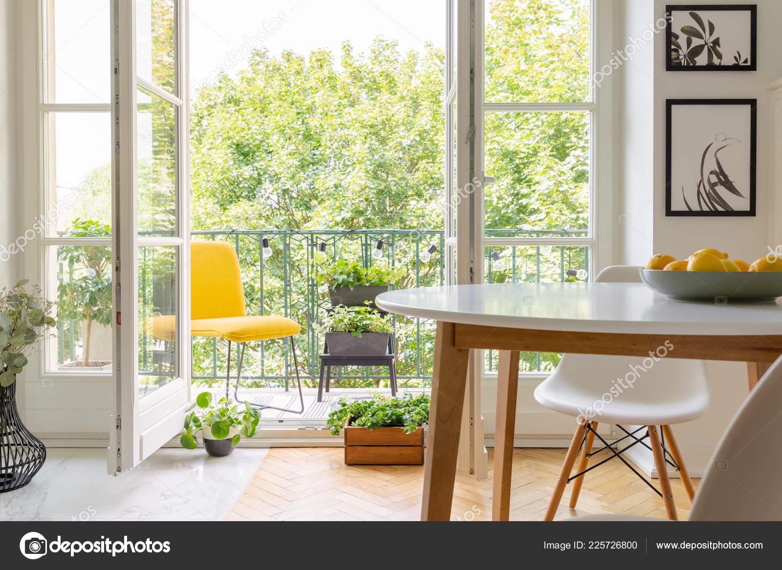 wood kitchen chairs appliance deals 黄色椅子在优雅的厨房内部的阳台上墙上有白色的木椅和海报真实的照片 黄色椅子在优雅的厨房内部的阳台上 墙上有白色的木椅和海报 真实的照片 照片作者photographee eu