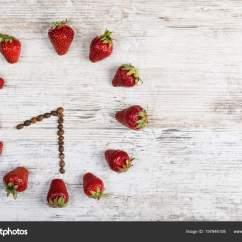 Wooden Kitchen Clock Cabinets Pulls 草莓时钟与咖啡豆箭头显示时间在八点三十分钟或二十小时三十分钟在一个木 草莓时钟与咖啡豆箭头 显示时间在八点三十分钟或二十小时三十分钟在一个木制老背景在厨房 照片作者fordvika