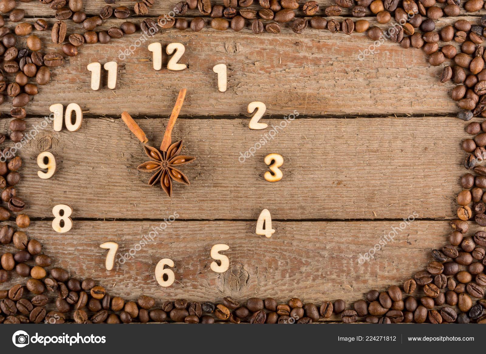 wooden kitchen clock portable pantry 装饰时钟与木数字和箭头的肉桂棒11点在木制背景和咖啡豆框架复制空间 装饰时钟与木数字和箭头的肉桂棒 显示11点 在木制背景和咖啡豆框架 厨房 广告 横幅 复制空间 平 照片作者fordvika