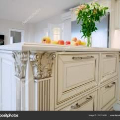 Burgundy Kitchen Decor Counters Quartz 装饰的海岛桌在一个古典样式的轻的厨房的内部 图库照片 C Rsuslenko 图库