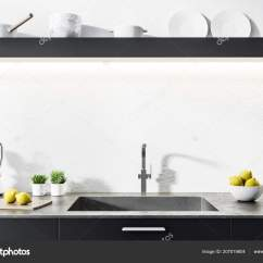 Built In Kitchen Table Outdoor With Fireplace 黑色厨房台面与一个内置水槽和瓶子在一个白色的厨房内部上面挂着盘子的长 黑色厨房台面与一个内置水槽和瓶子在一个白色的厨房内部上面