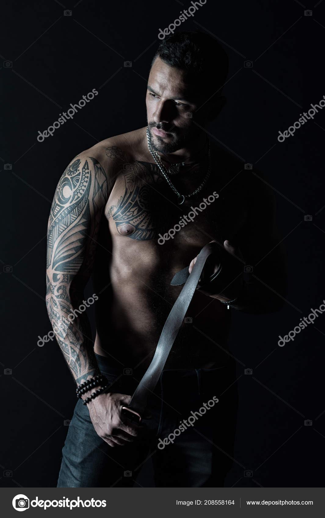 Modelo Con Correa De Cuero De Los Pantalones Vaqueros Hombre Con
