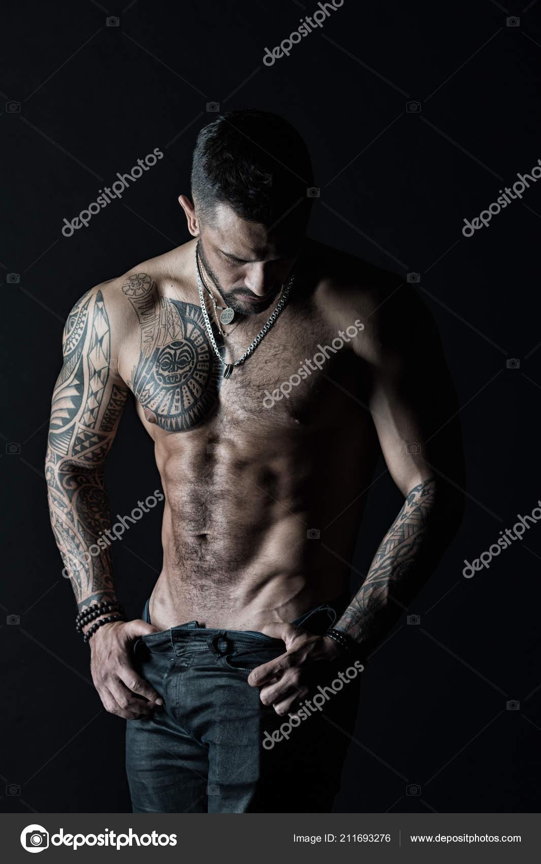 Hombre Con Tatuaje De Moda Sacar Los Pantalones Vaqueros Torso De