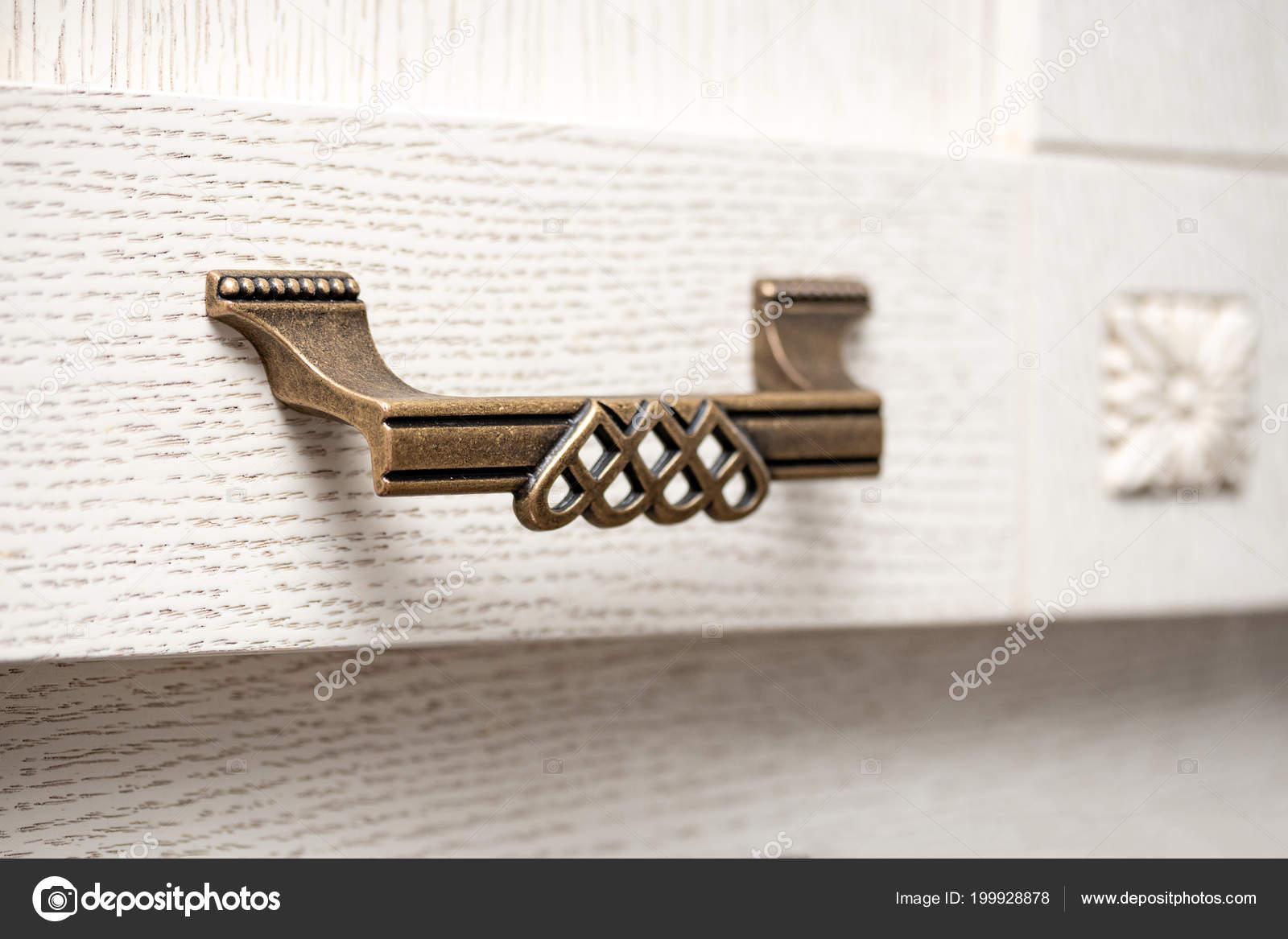kitchen cabinet knobs compact appliances 厨柜家具细节的老式手柄 图库照片 c evpv 199928878