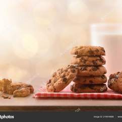 Circle Kitchen Table Bar For 早餐配有圆形饼干配有黑色巧克力块桌布和木制厨房桌子前视图水平组合 早餐配有圆形饼干 配有黑色巧克力块 桌布和木制厨房桌子 前视图 水平组合 照片作者davizro