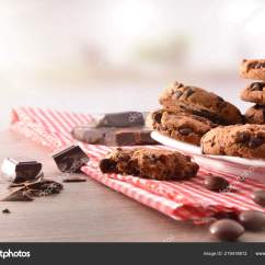 Round Black Kitchen Table Sink Capacity 早餐配有圆形饼干配有黑色巧克力块桌布和木制厨房桌子前视图水平组合 早餐配有圆形饼干 配有黑色巧克力块 桌布和木制厨房桌子 前视图 水平组合 照片作者davizro