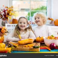 Play Kitchens For Boys Bamboo Kitchen Floor Mat 孩子们切南瓜洋葱和胡萝卜为秋餐煮汤孩子们煮健康的秋季蔬菜为家庭万圣节 孩子们切南瓜 洋葱和胡萝卜 为秋餐煮汤 孩子们煮健康的秋季蔬菜为家庭万圣节季节午餐 男孩和女孩在阳光明媚的厨房切南瓜