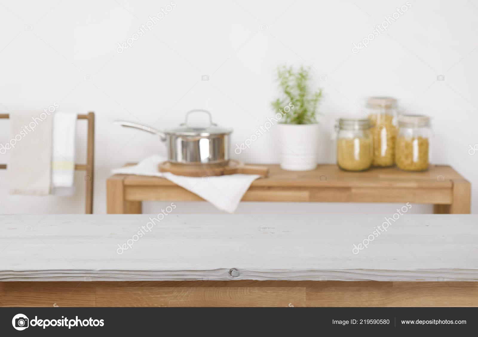 kitchen table high top ventilator 木桌顶与模糊的厨房背景的产品展示 图库照片 c didecs 219590580