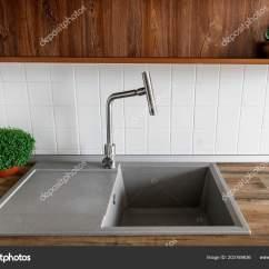 Gray Kitchen Sink Design Software Mac 时尚的花岗岩水槽与现代水龙头在木台面浅灰色厨房内部与现代橱柜和绿色 时尚的花岗岩水槽与现代水龙头在木台面浅灰色厨房内部与现代