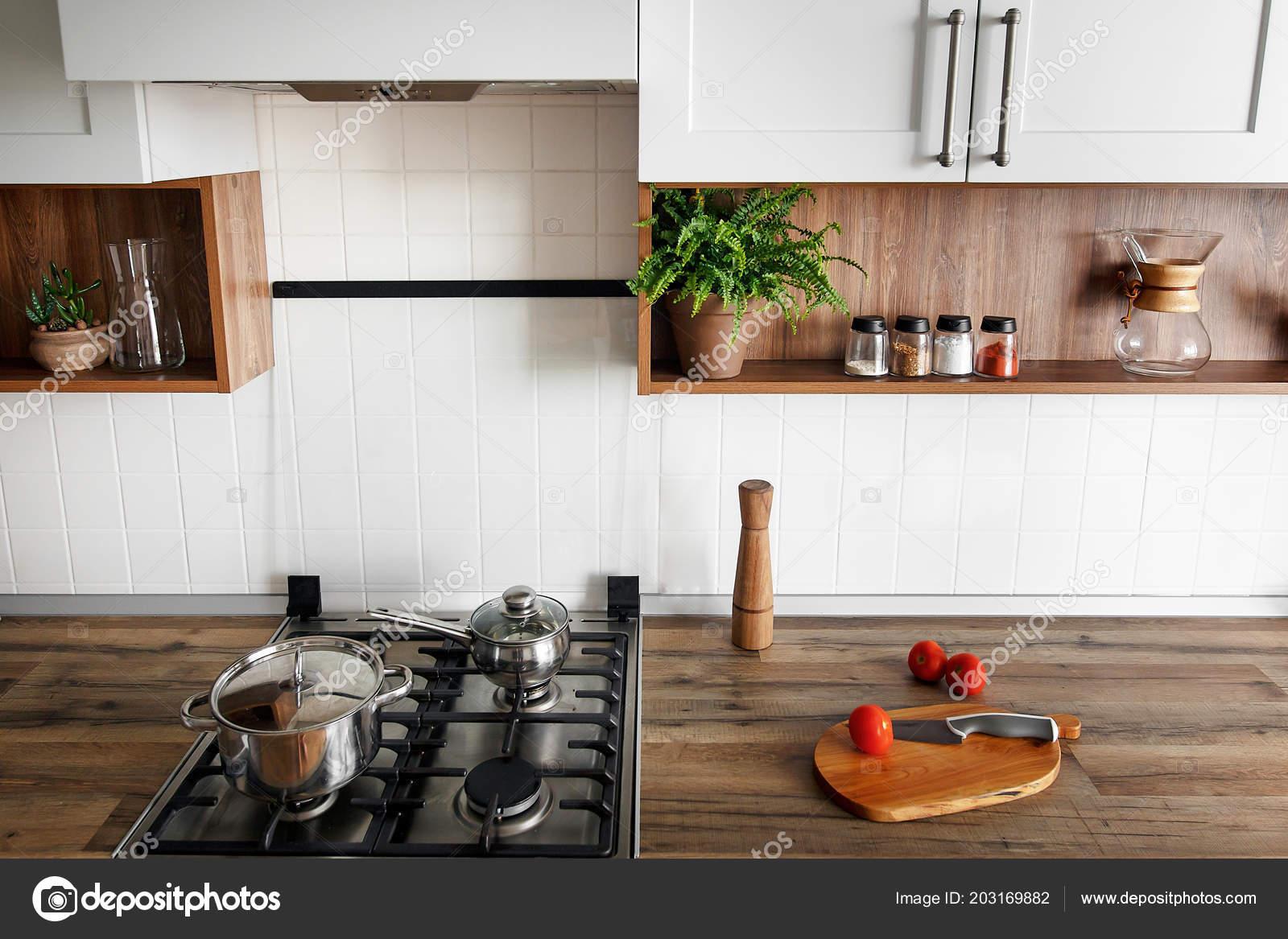 kitchen counter tops gadget store 木板用刀西红柿在现代厨房台面和货架上的香料玻璃罐子烹调食物时尚的灰色 木板用刀 西红柿在现代厨房台面和货架上的香料玻璃罐子 烹调食物 时尚的灰色厨房室内设计斯堪的纳维亚风格的钢炉