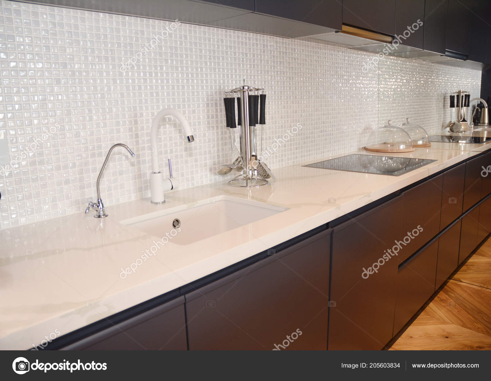 ceramic kitchen sink antique hutch 现代厨房金属水龙头炊具罩和陶瓷厨房水槽厨房台面陶瓷厨房水槽 图库照片