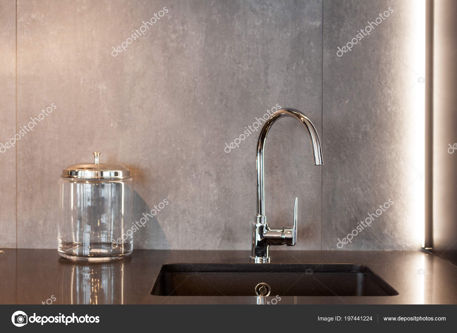 gray kitchen sink wallpaper backsplash 一个长方形的设计师厨房水槽与铬水水龙头对灰色纹理墙的细节 图库照片 照片作者brizmaker