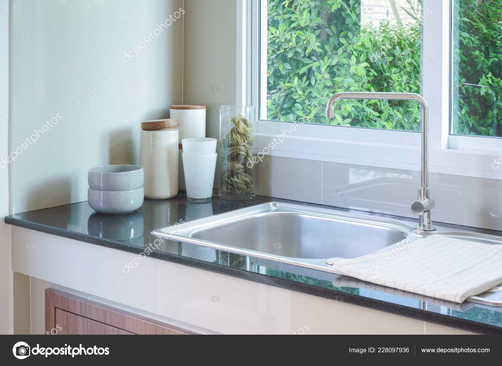 ceramic kitchen top best rated cabinets 干净的厨房水槽柜台顶部配有白色陶瓷餐具 图库照片 c worldwide stock