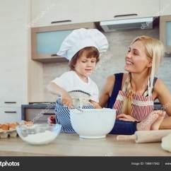 Macys Kitchen Aid How To Make Spice Racks For Cabinets 妈妈和儿子在厨房里烤蛋糕 图库照片 C Lacheev 196917042
