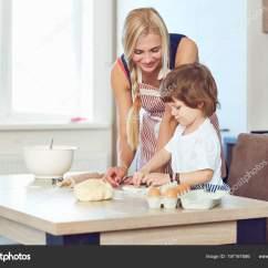Macys Kitchen Aid Curtains Pinterest 妈妈和儿子在厨房里烤蛋糕 图库照片 C Lacheev 197167586