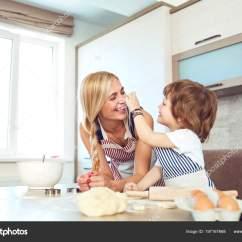 Macys Kitchen Aid Artwork For 妈妈和儿子在厨房里烤蛋糕 图库照片 C Lacheev 197167668