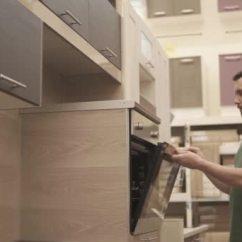 Kitchen Furniture Store Refacing Cost 买方正在一家家具店检查厨房的烤箱样品 图库视频影像